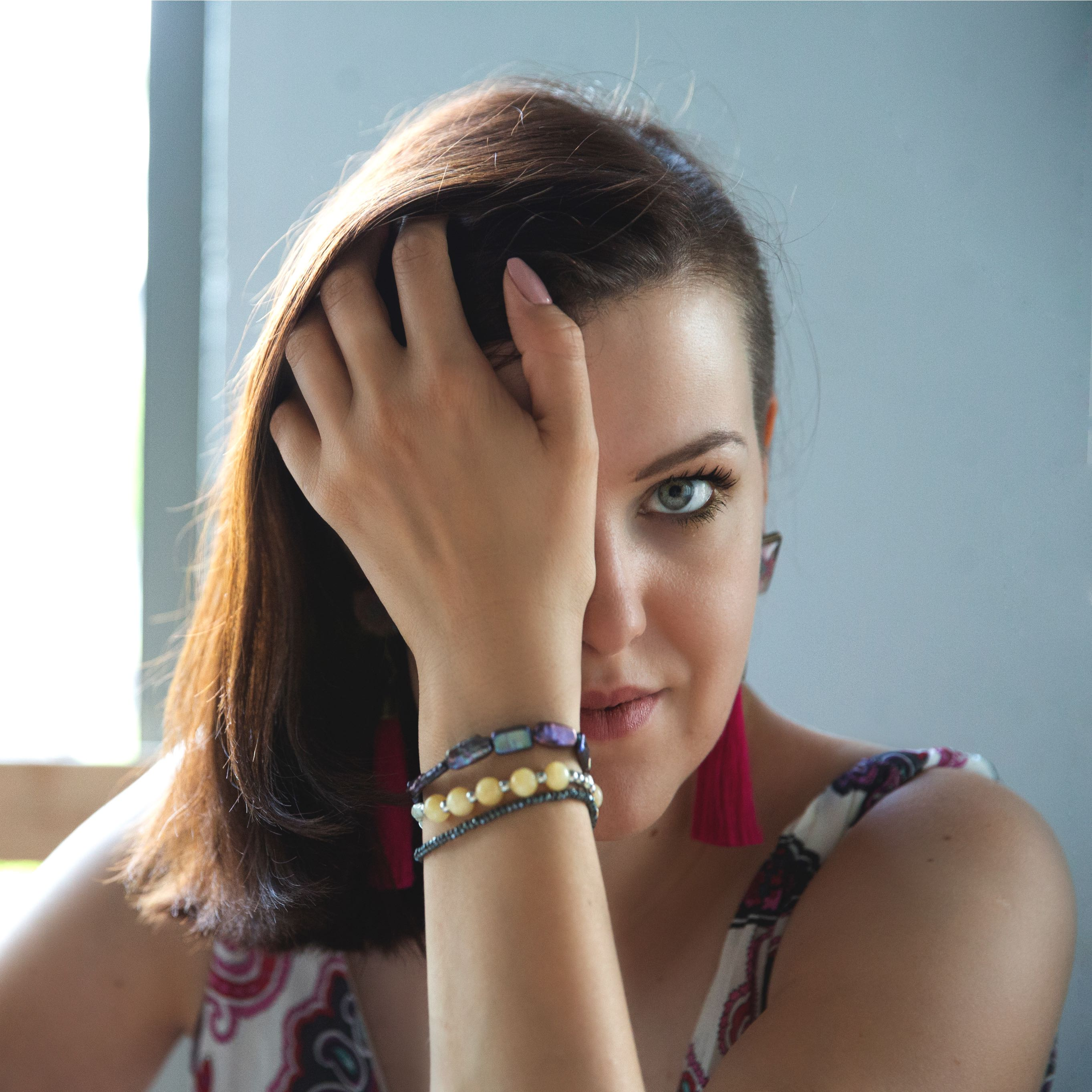 Karolina prezentująca ręcznie wykonaną biżuterię