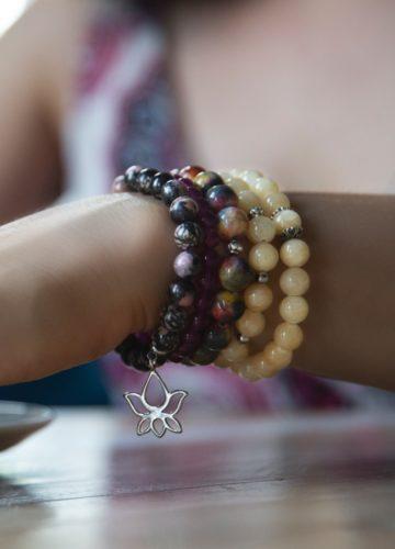 Zestaw ręcznie wykonanych bransoletek na kobiecym nadgarstku