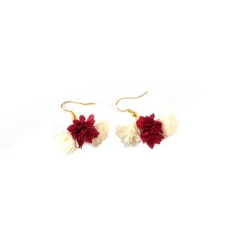 Kolczyki 3 Blossoms Red&Cream z kwiatuszkami wykonanymi z delikatnej kremowo-czerwonej tkaniny